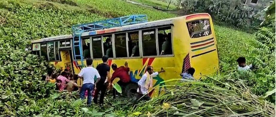 আখাউড়ায় বরযাত্রীবাহি বাস খাদে পড়ে ২০জন আহত